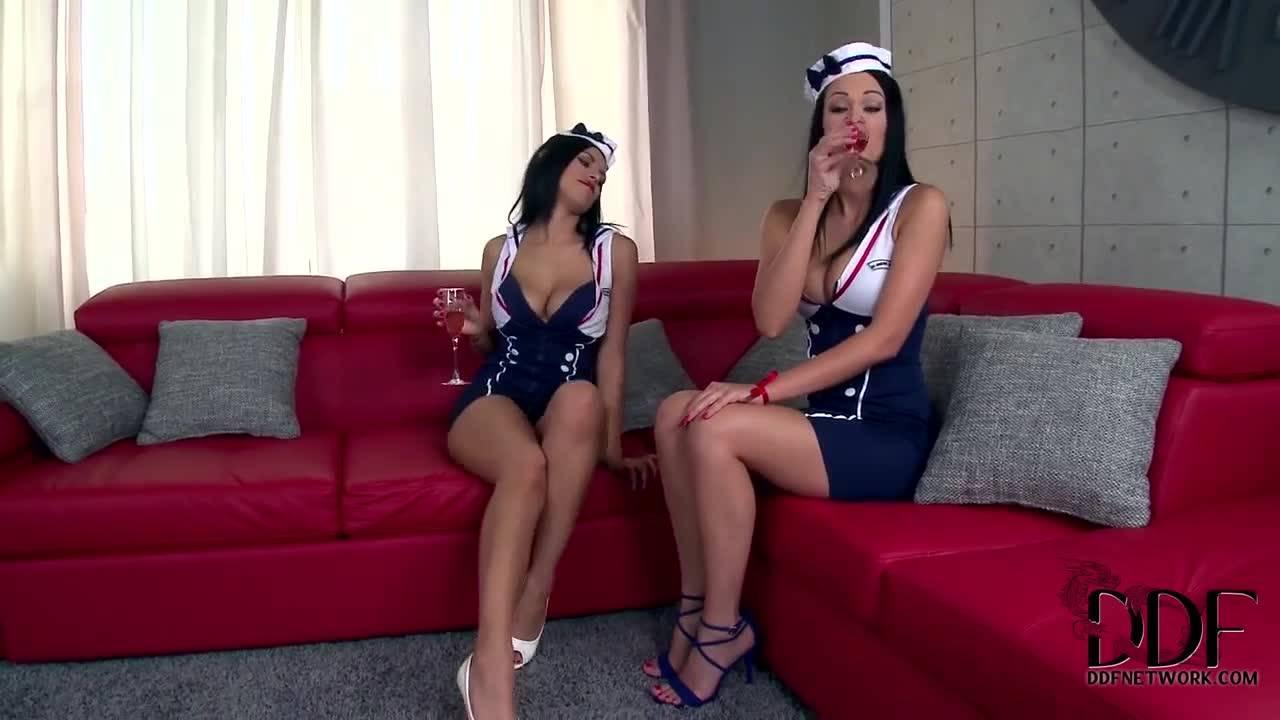 смотреть Розовые девушки расслабились на большом диване
