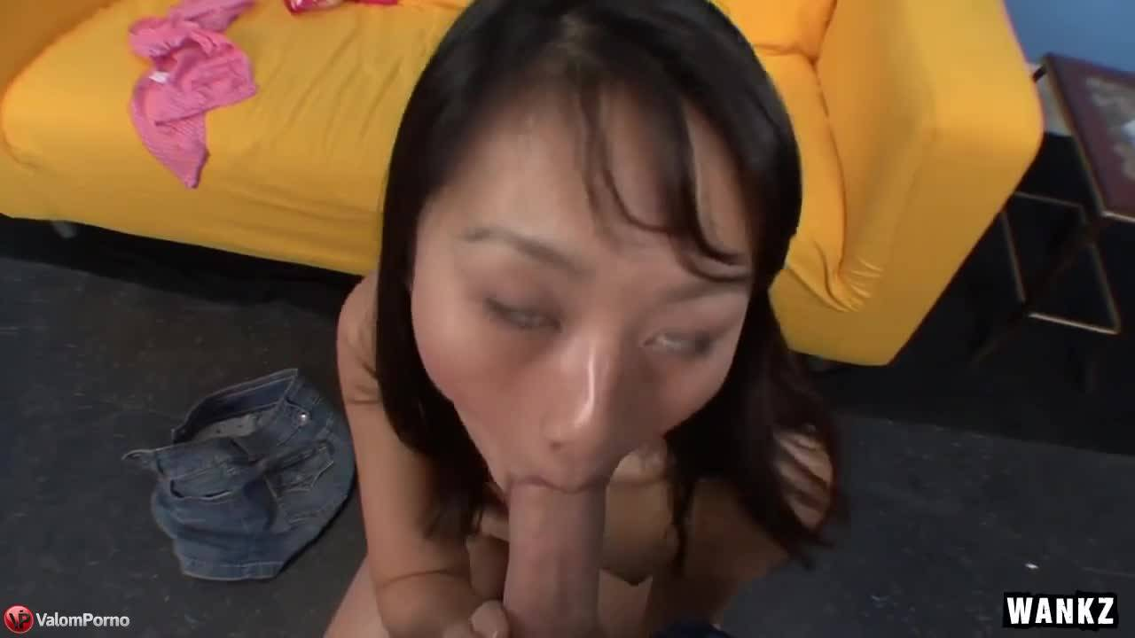 Азиатка сосет на кастинге