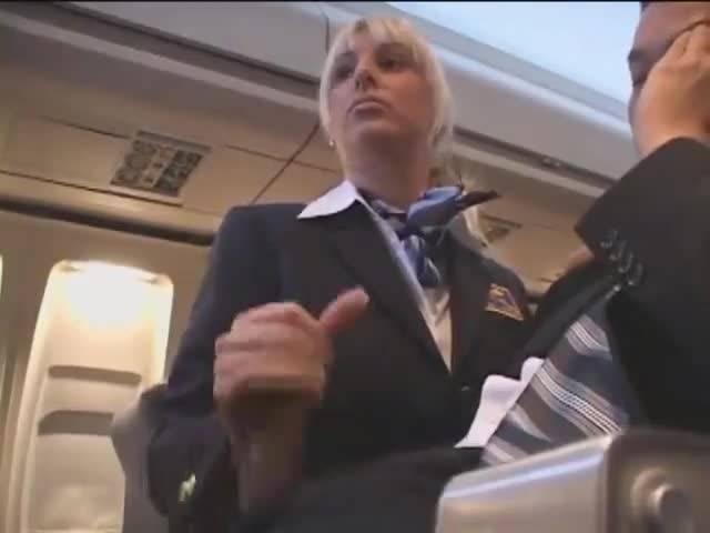 Стюардесса дрочит член пассажиру самотлета