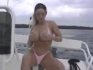 Стриптиз блондинки на катере