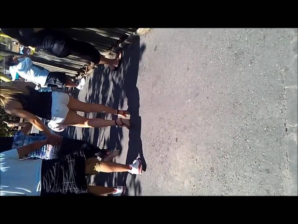 Парень снимает упругие попки на улицах города