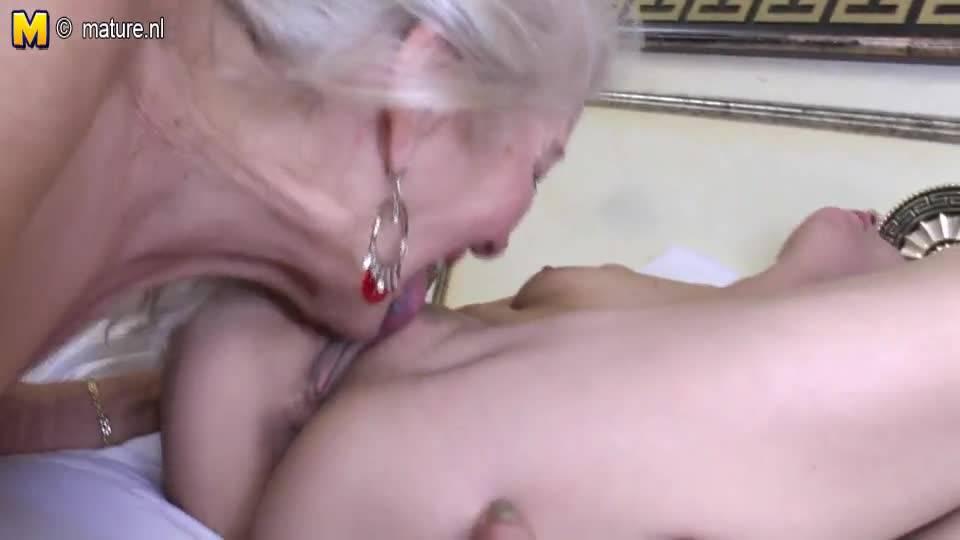 Лесбийский секс старухи с молоденькой внучкой