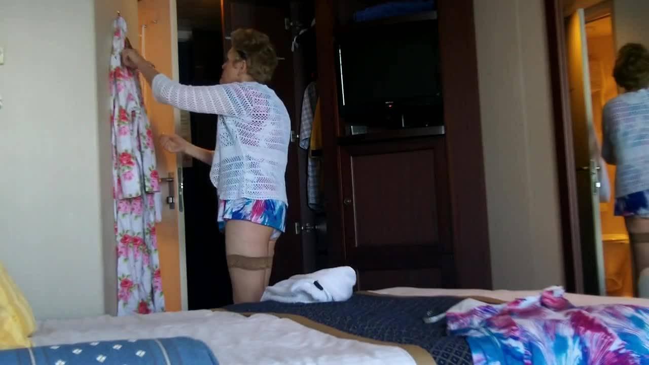 Голая старушка одевается в своей спальне