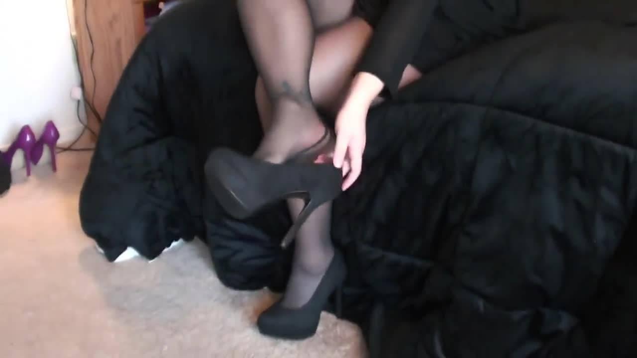 Сексапильная девушка демонстрирует ножки в чулках