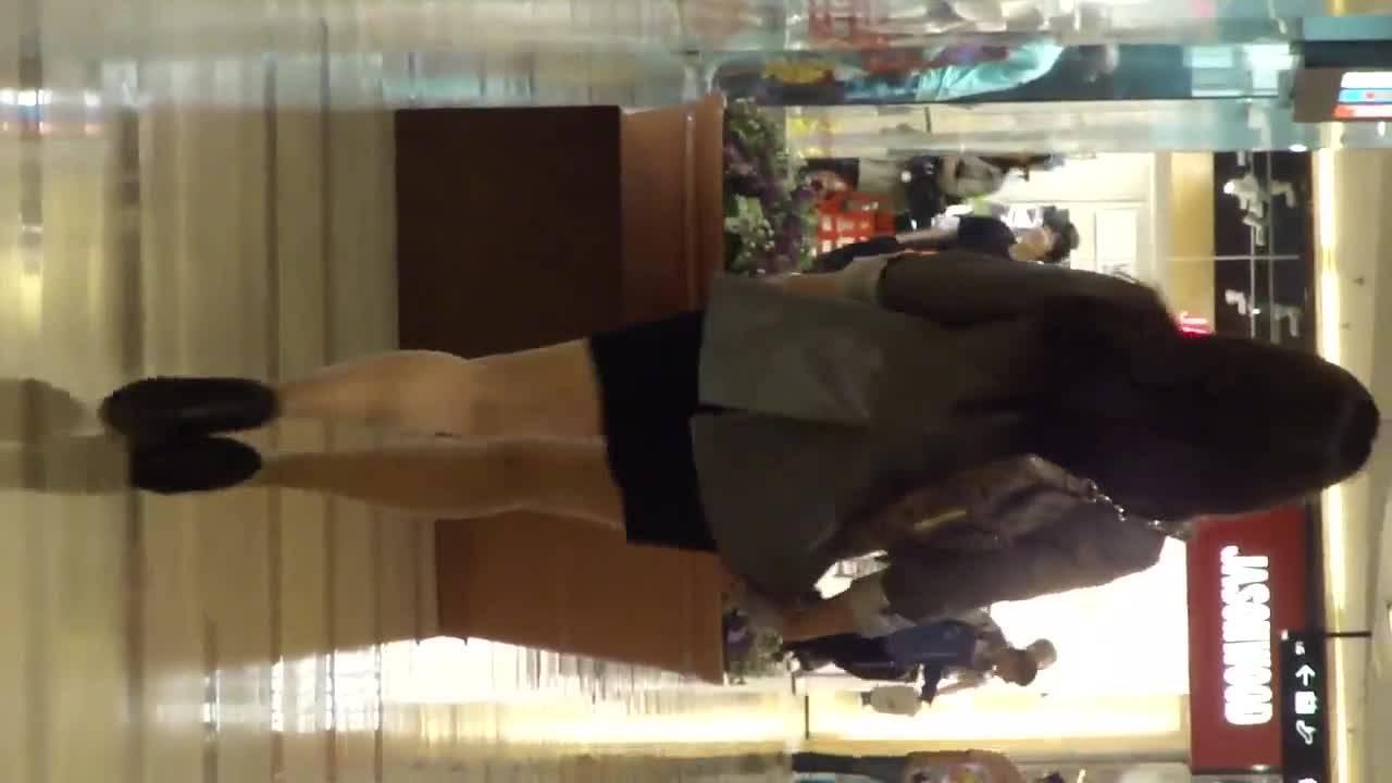 Азиатка прогуливается в коротенькой юбке