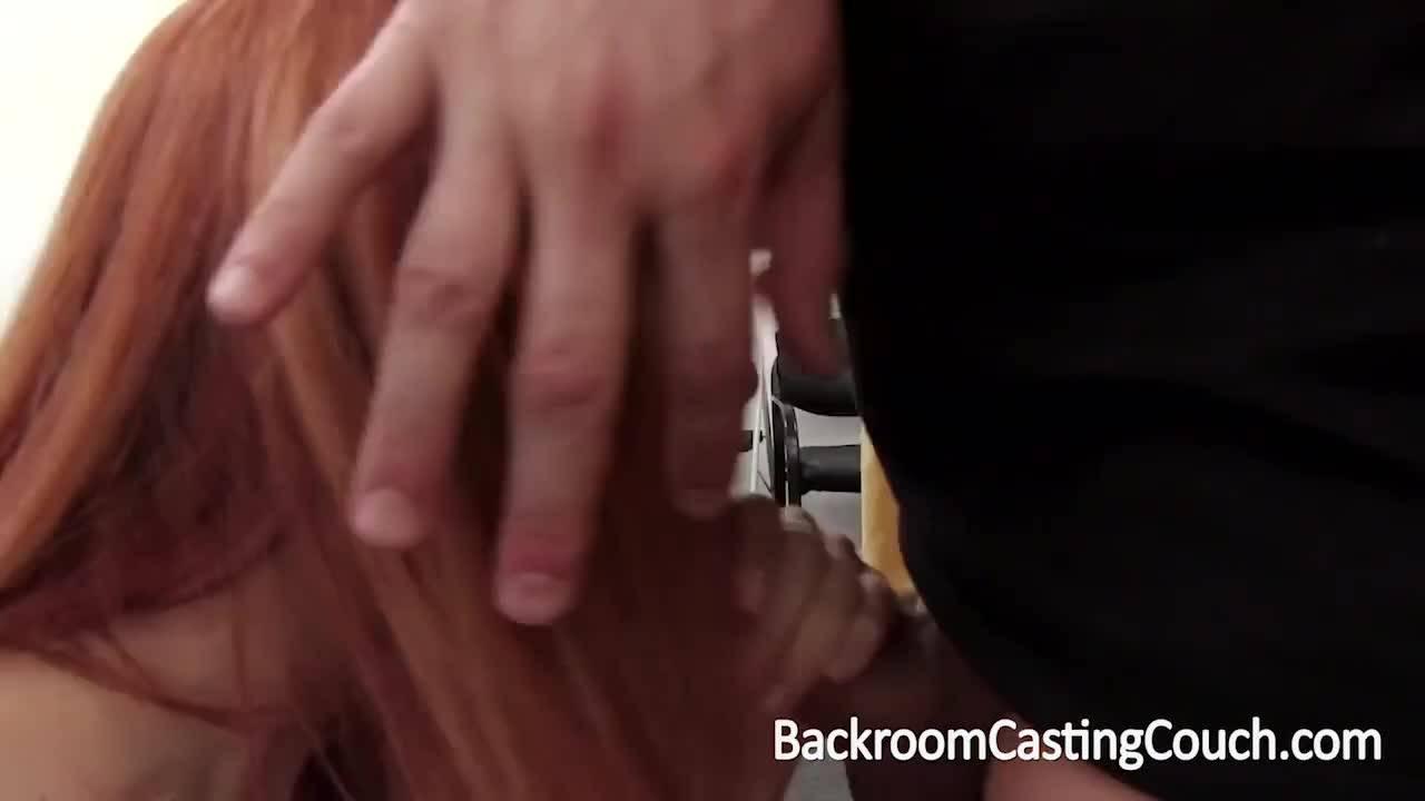 Рыжуля явилась на порно кастинг на диване