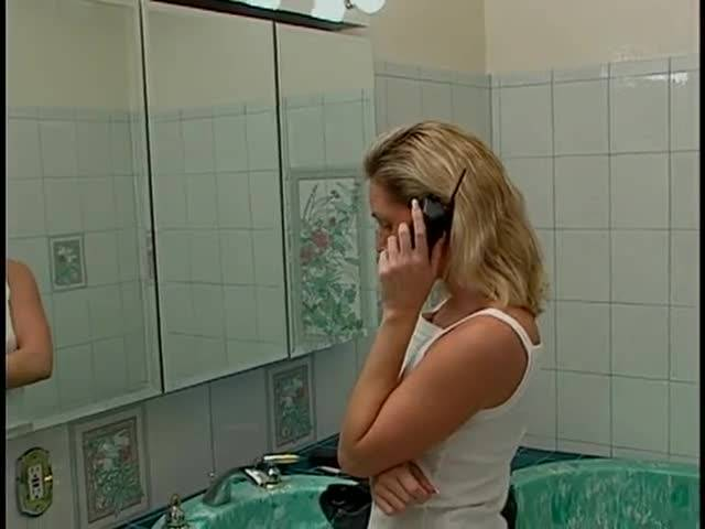 Замужняя девушка вздрочнула пилотку в ванной