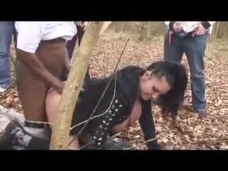 смотреть Толпа мужиков оттрахали девку в лесу