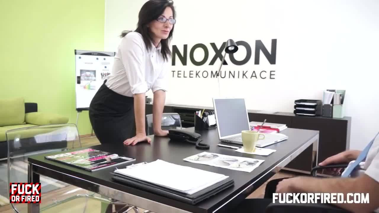 Возбужденные любовники устроили секс в офисе