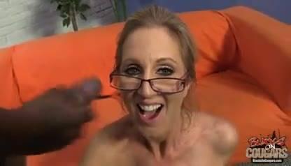 Зрелая мамаша глотает сперму двух негров