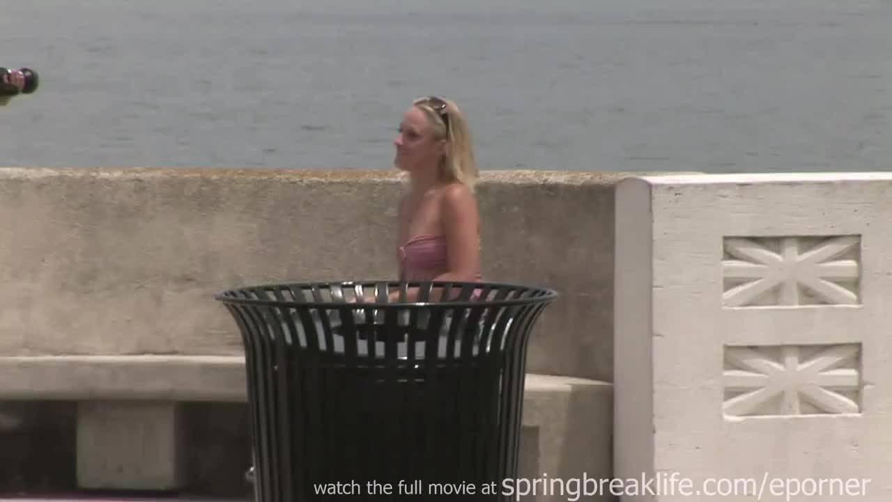 Молодая девушка позирует сиськами на улице