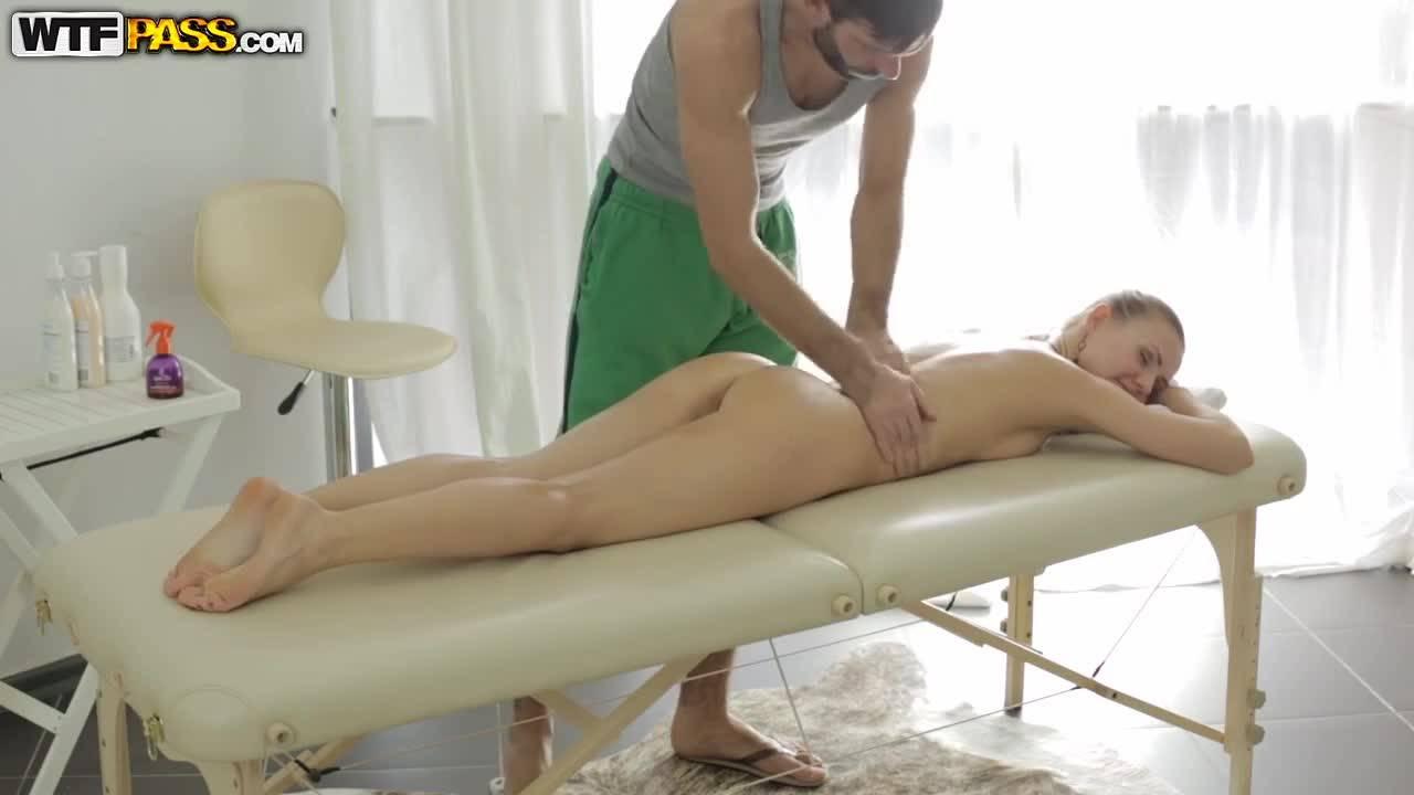 Красивая девка пришла не на массаж, а на нежный секс бородатым мастером