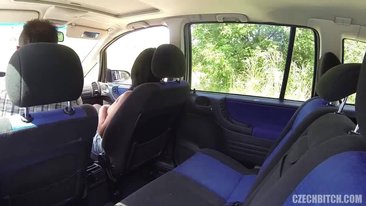 Таксист предложил зрелой пассажирке заняться сексом в авто