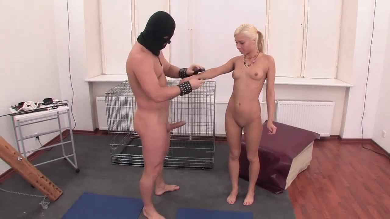 Анальную рабыню жестко трахает ее любовник в стиле БДСМ