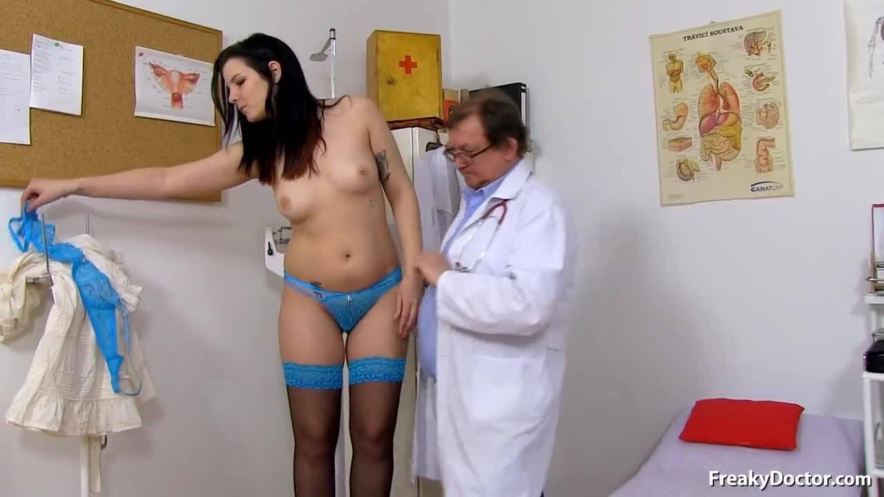 Гинеколог извращенец обследует женскую киску