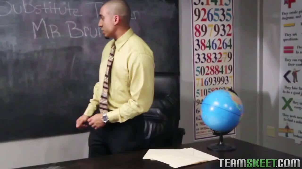 Преподаватель наказал свою студентку за плохое поведение.