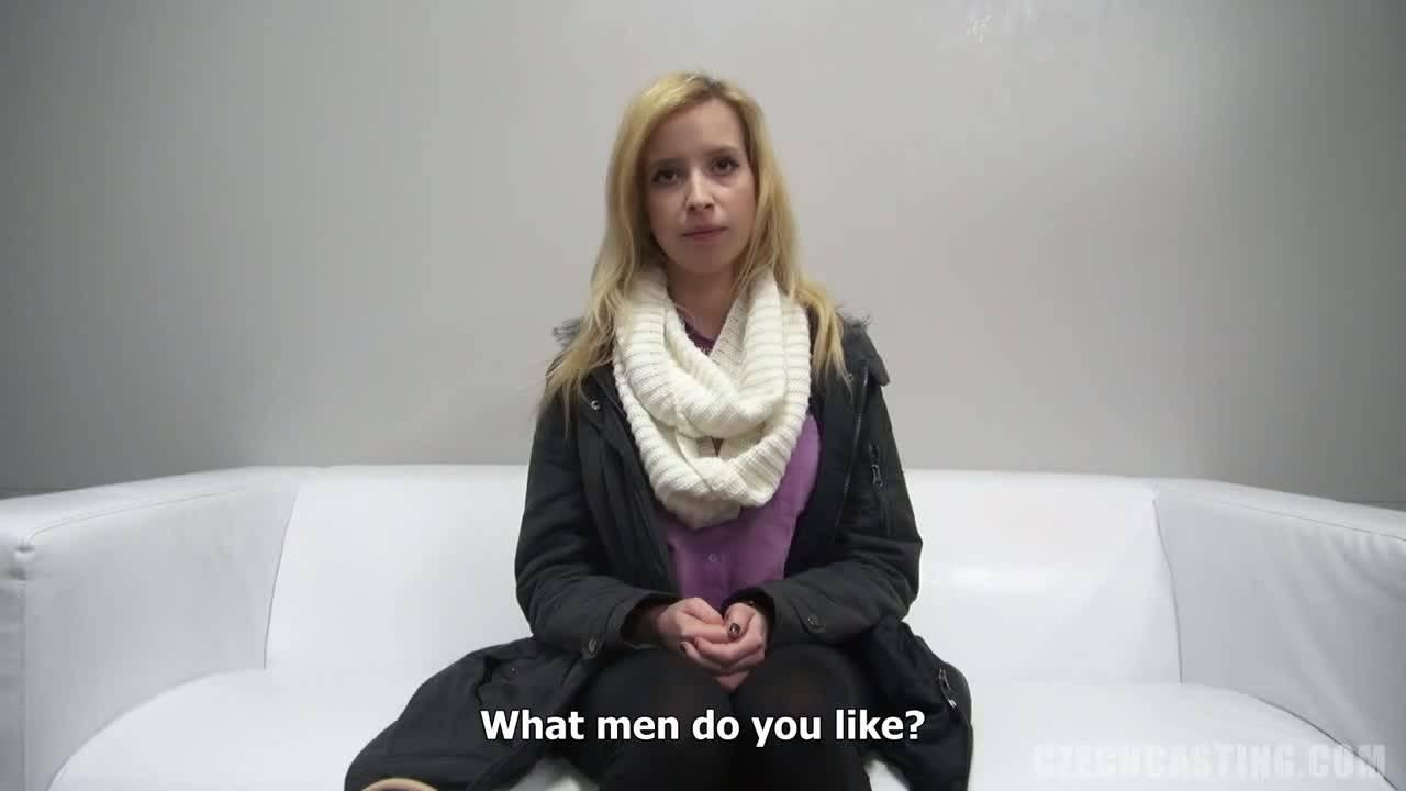На кастинге блондинка была вынуждена отсосать мужской пенис