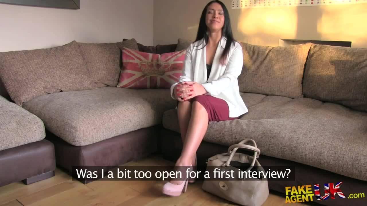 Молодая успешная брюнетка пришла на порно кастинг