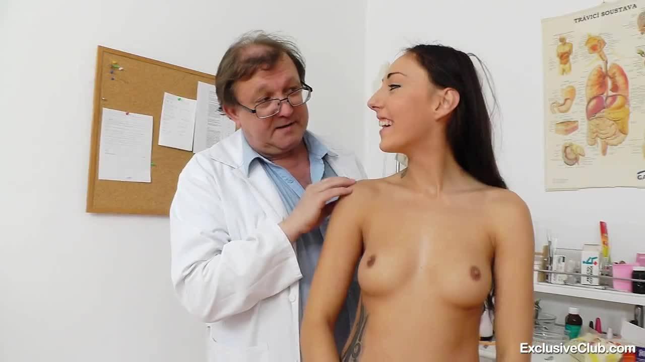 Молодая брюнеточка пришла на осмотр к своему врачу