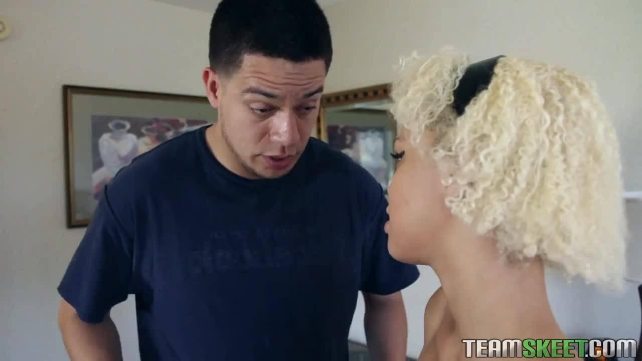 Парень трахает миниатюрную сексуальную блондинку