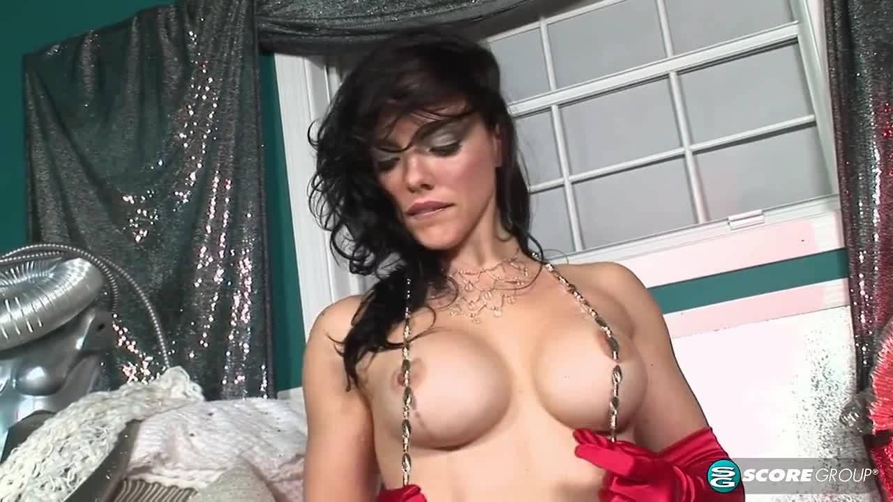 Гламурная сучка мастурбирует киску на камеру