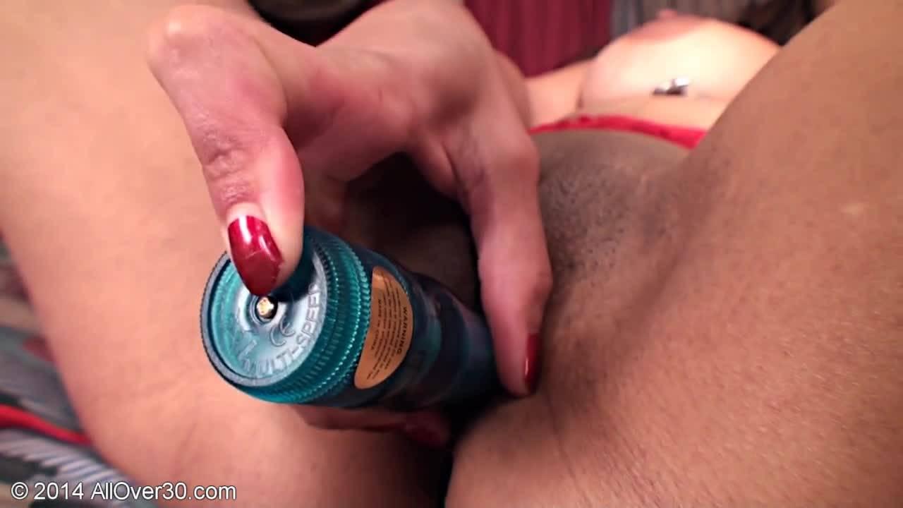 Сексуальная развратница ласкает себя страпоном