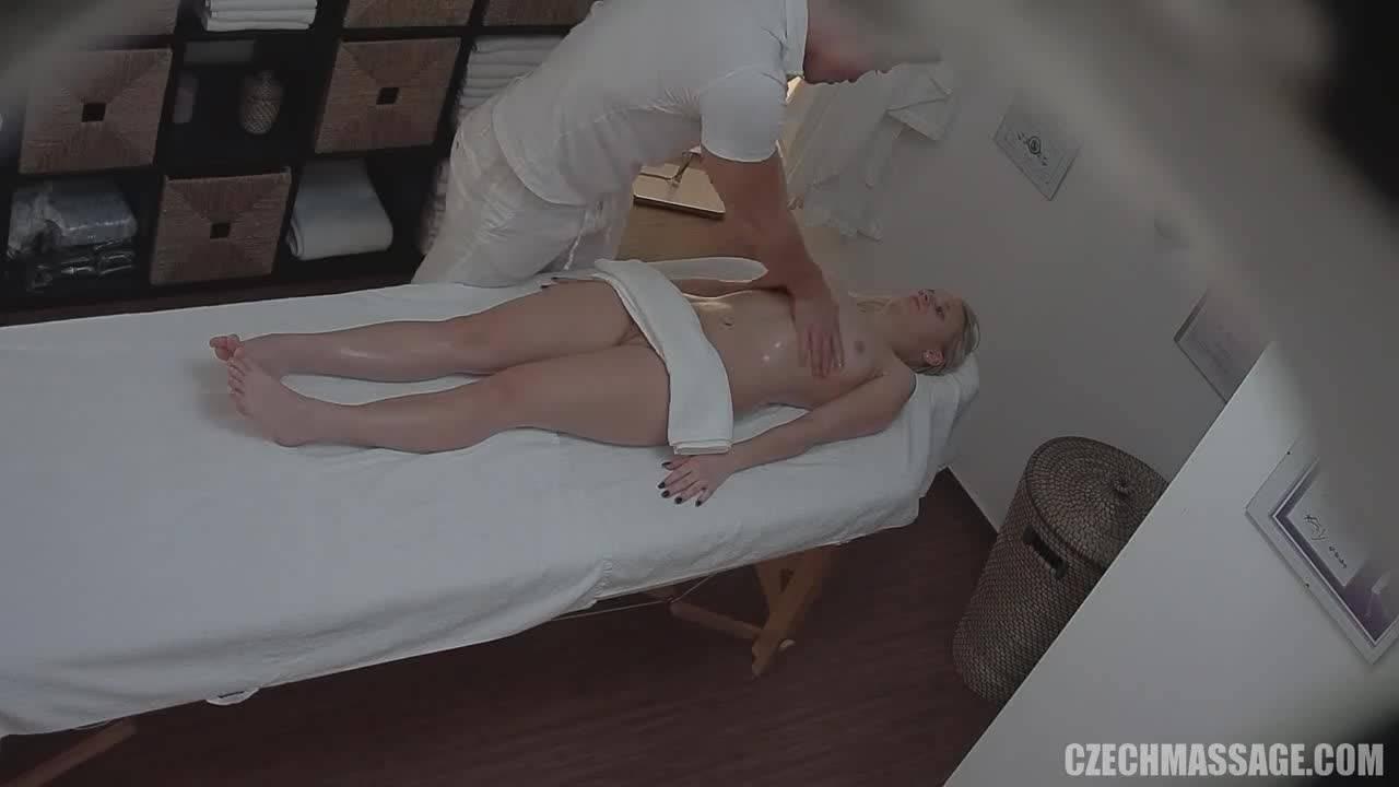 Блондинка изменила на массаже мужу с качком