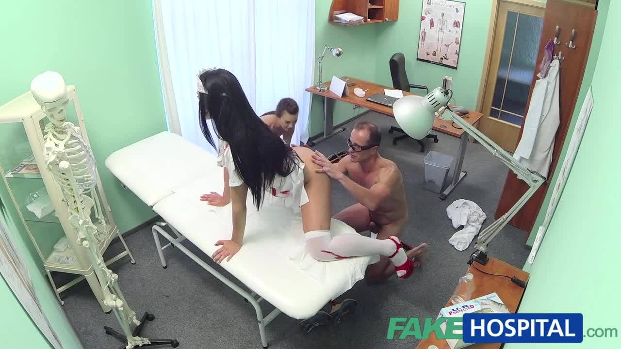 Доктор трахает молодую пациентку и медсестру