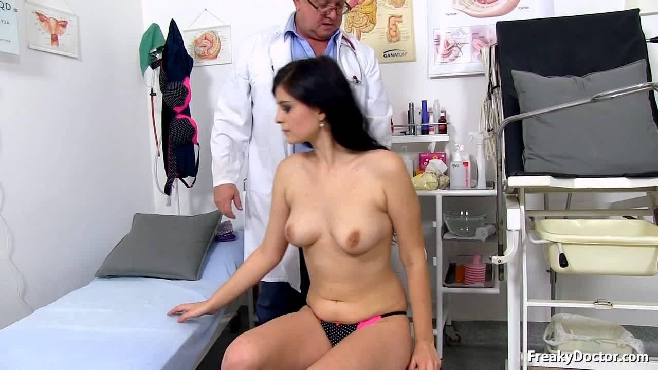 Врач проверяет вагину красивой молодой девушки