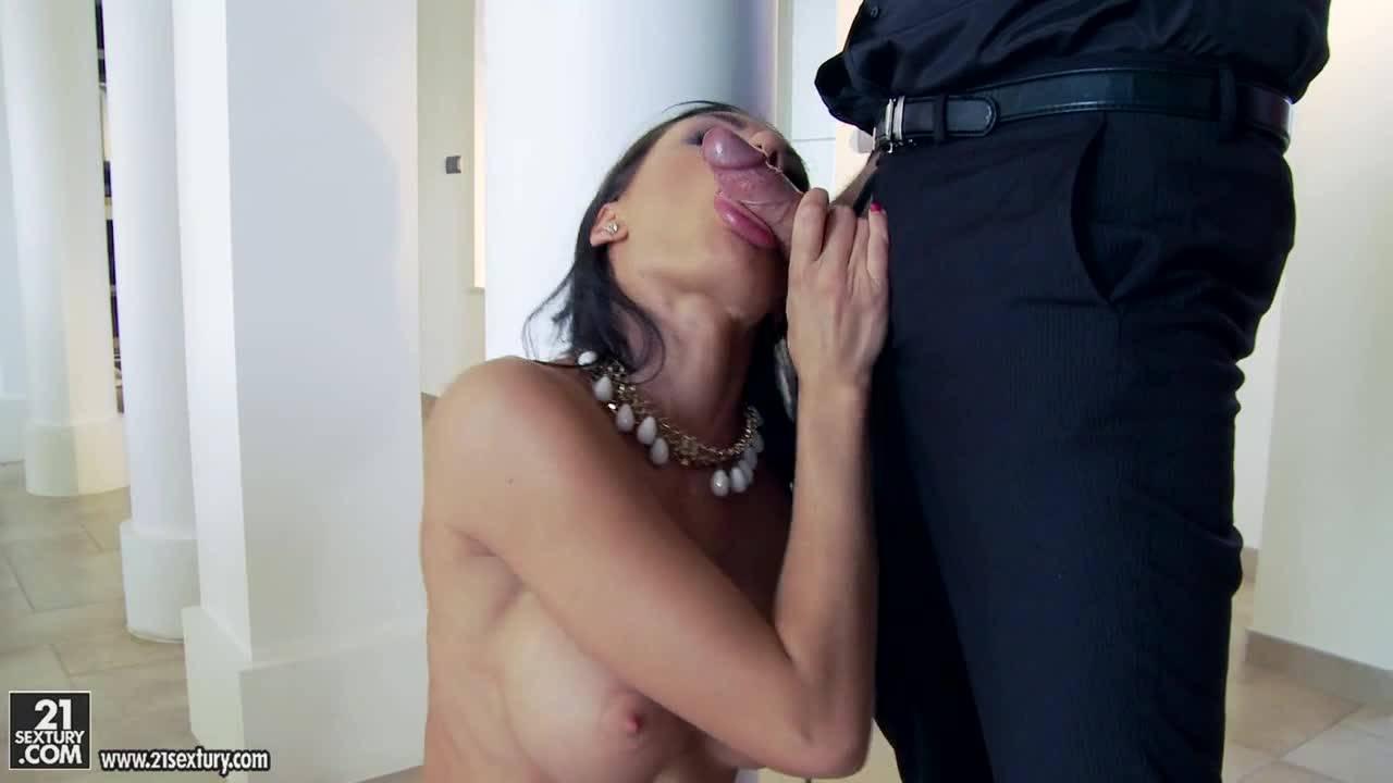 Бизнесмен заключил договор с дамой с помощью анального секса