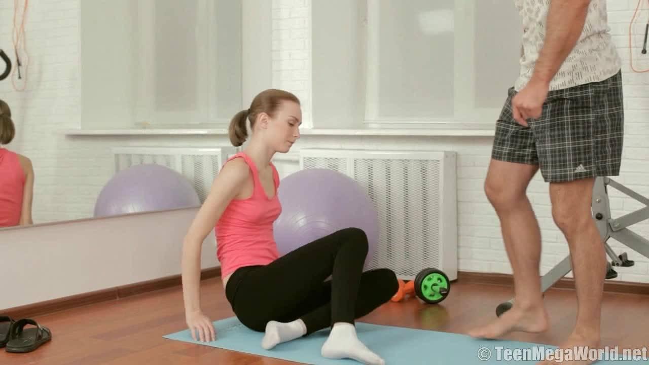 Молодая худая девчонка трахается со своим тренером