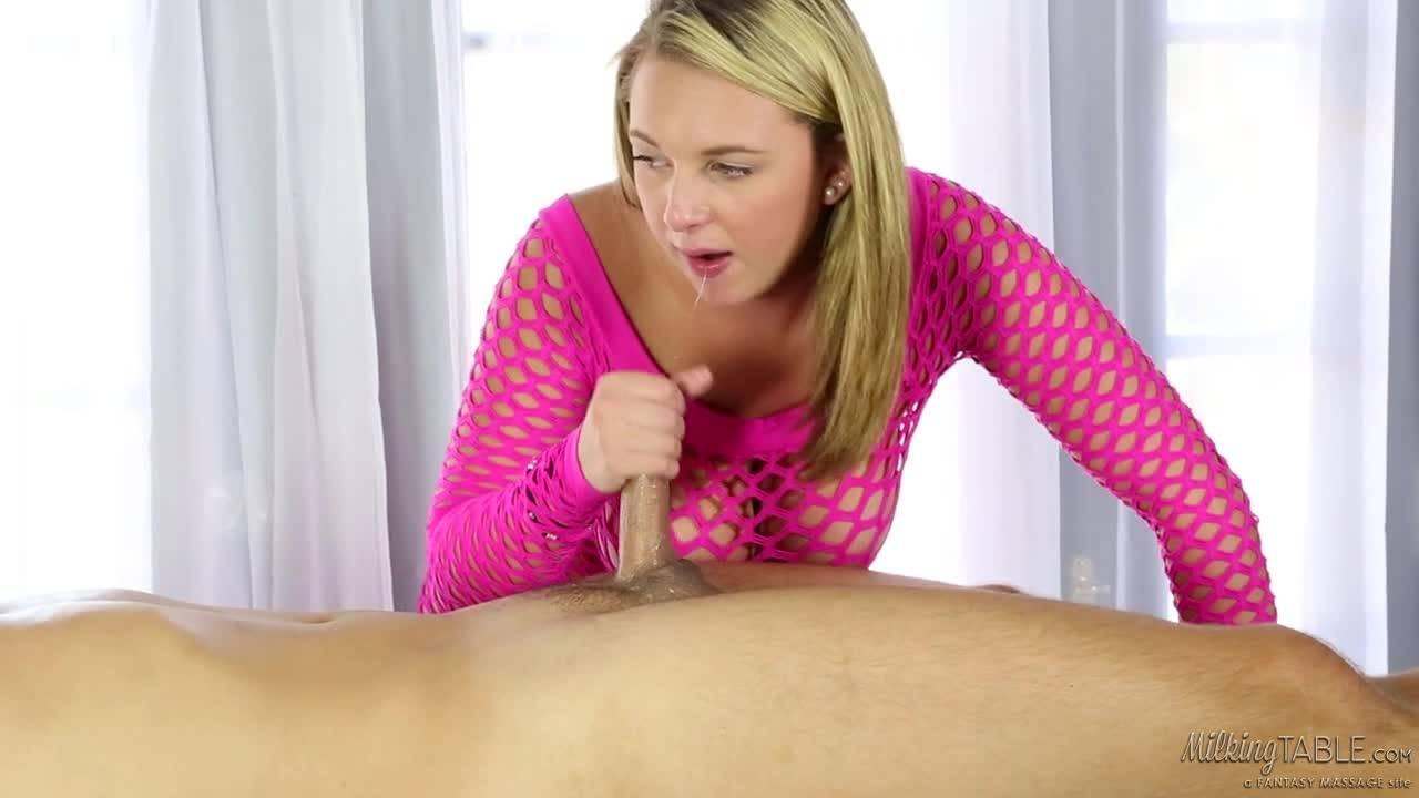 Белокурая массажистка с большими сиськами удивляет молодого клиента ротиком