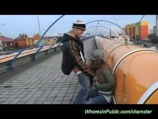 Молодая парочка трахается на улицах города