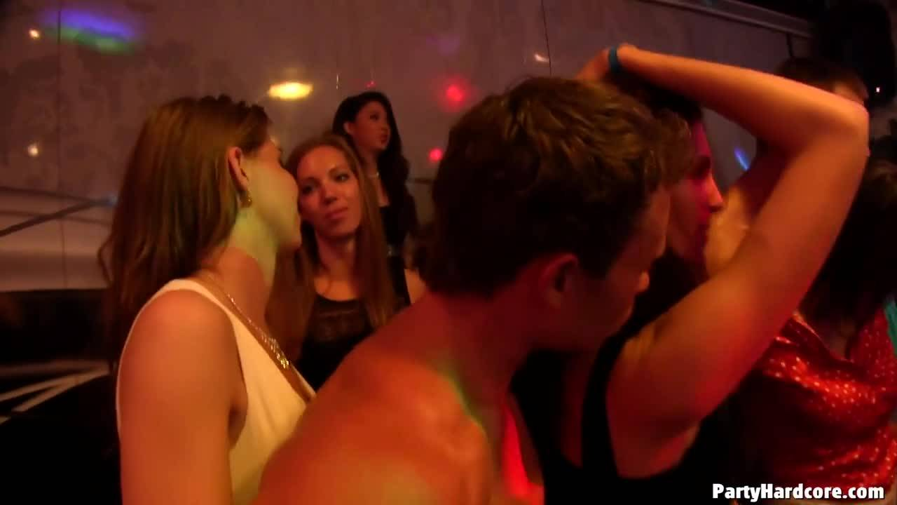 Пьяные девки в клубе отсосали танцорам члены