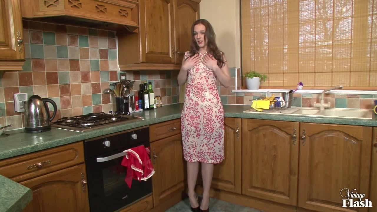 Домохозяйка на кухне мастурбирует пальчиками вагину