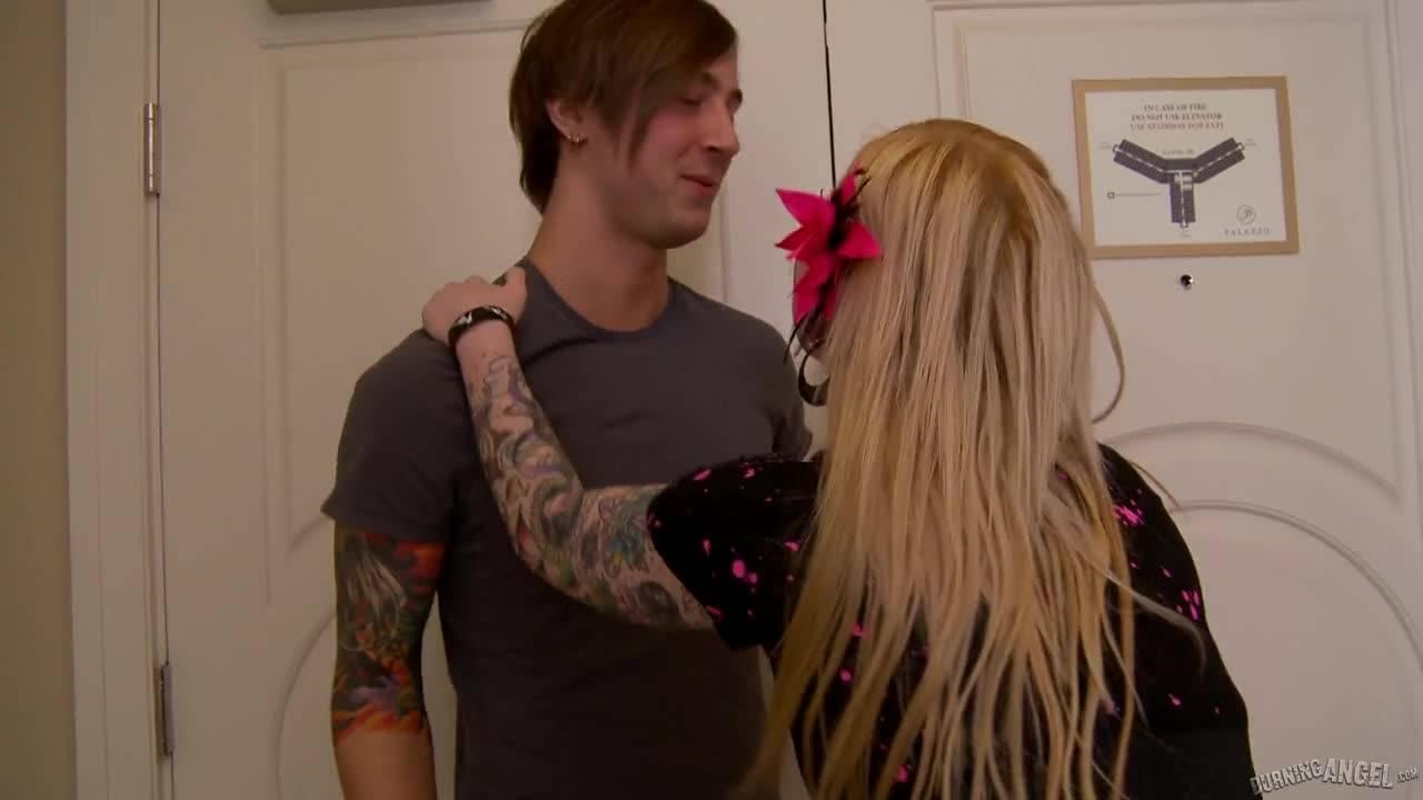 Татуированная блондиночка принимает член в киску