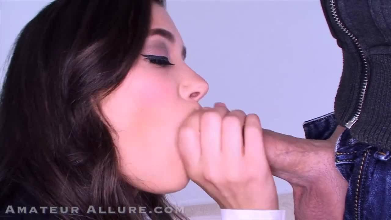 Молодая брюнетка получает удовольствие на порно кастинге