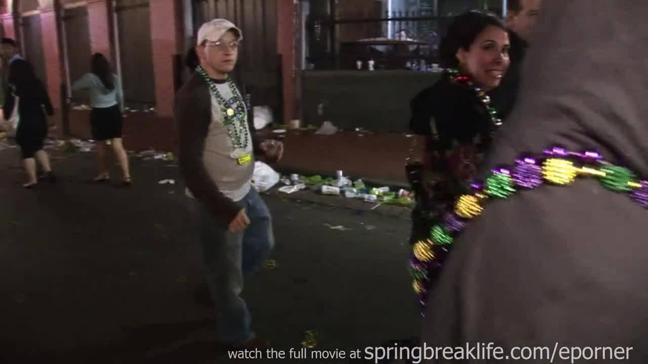 Обнаженные телочки смело ходят по улицам большого города