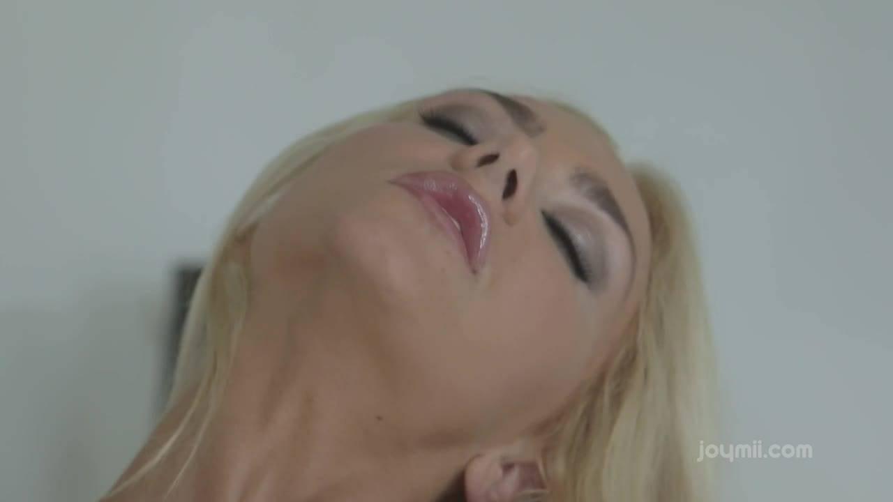 Развратная блондинка мастурбирует перед сексом