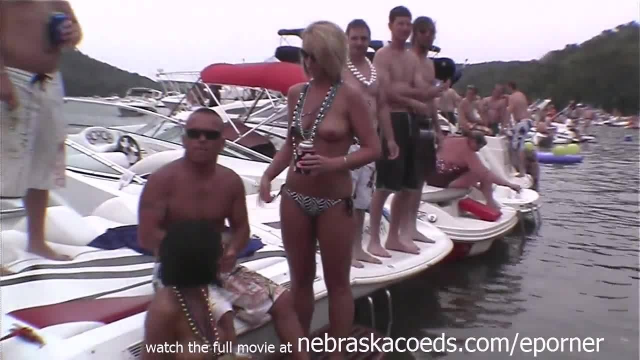 Легко эротичная вечеринка на шикарной яхте