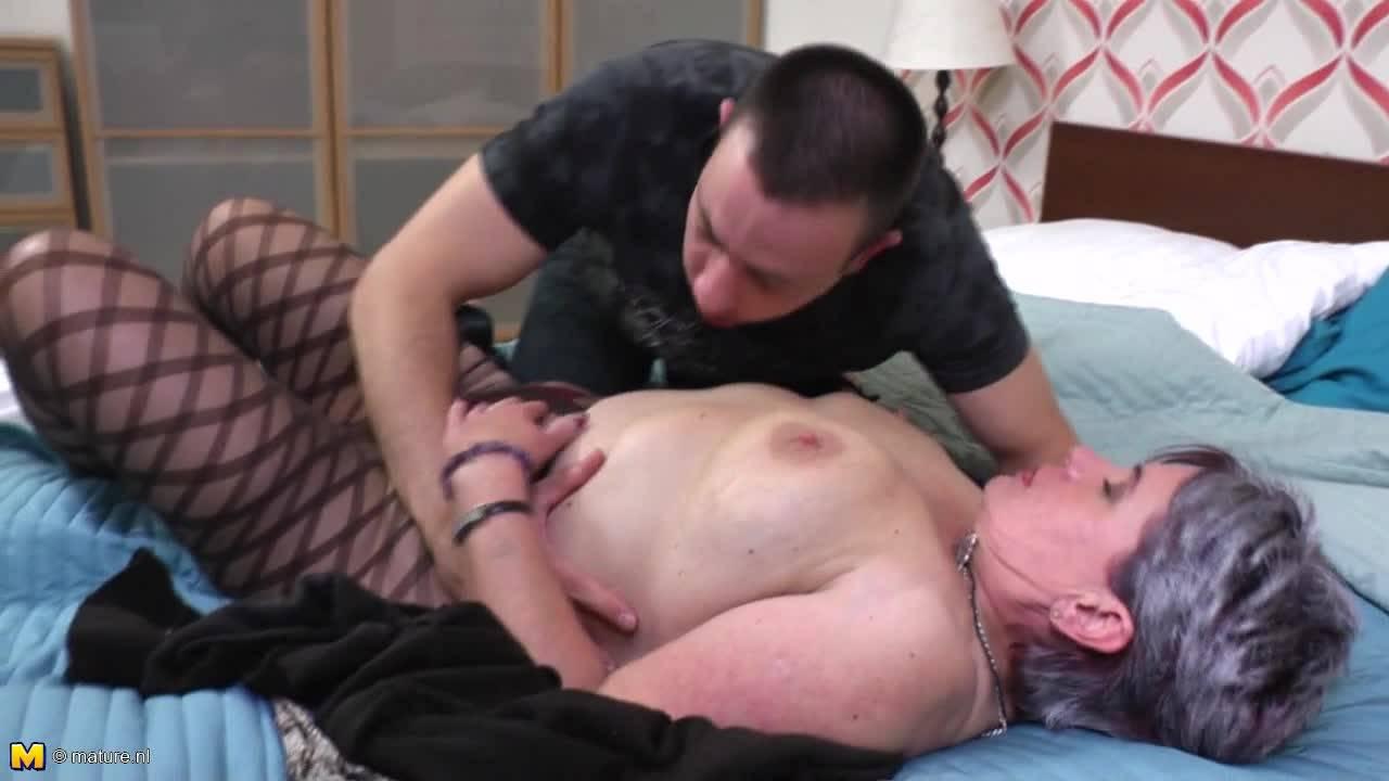 Голодный парень трахает престарелую соседку