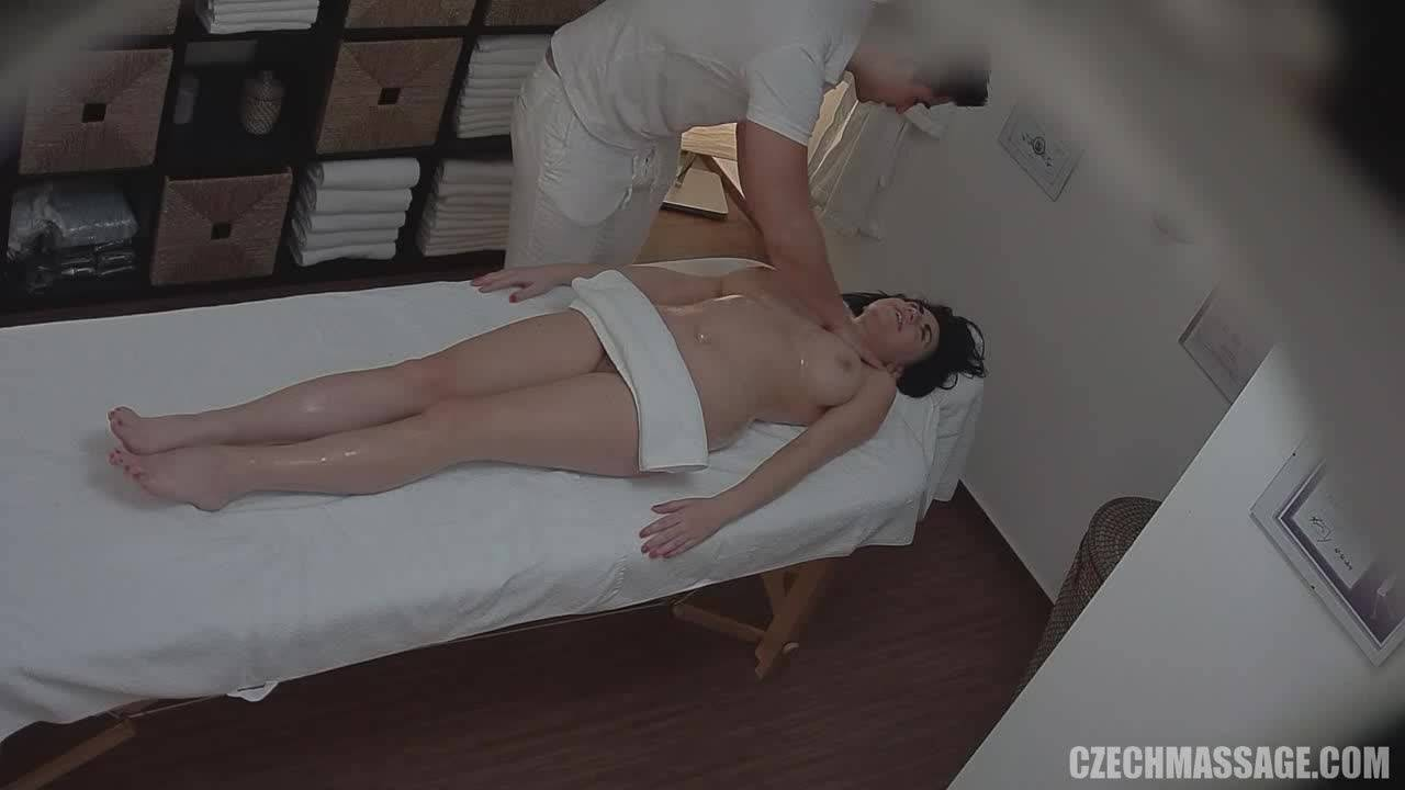 Сеанс массажа закончился оргазмом для молодой брюнетки