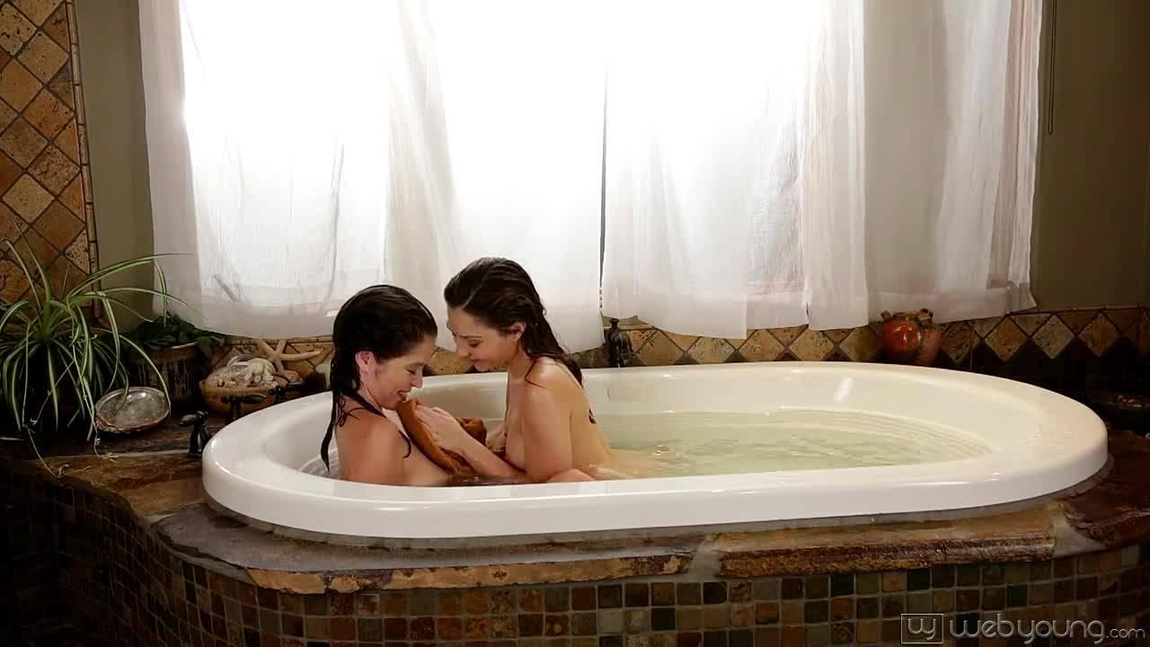 Две телки лесбиянки ебутся в душе