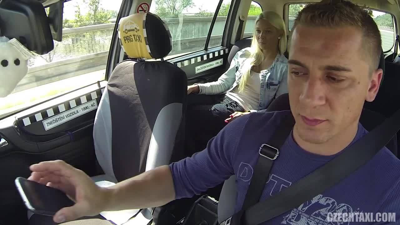 Красивая блондинка трахнулась с молодым таксистом в машине