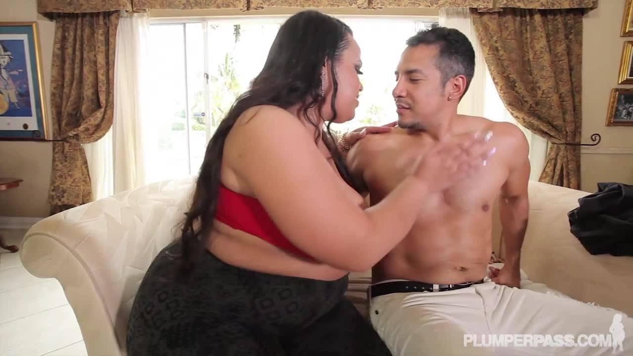 Толстая латинка соблазнила спортивного самца