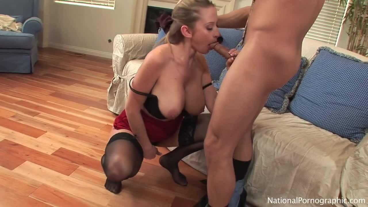 Молодая пара занимается оральным и традиционным сексом на диване