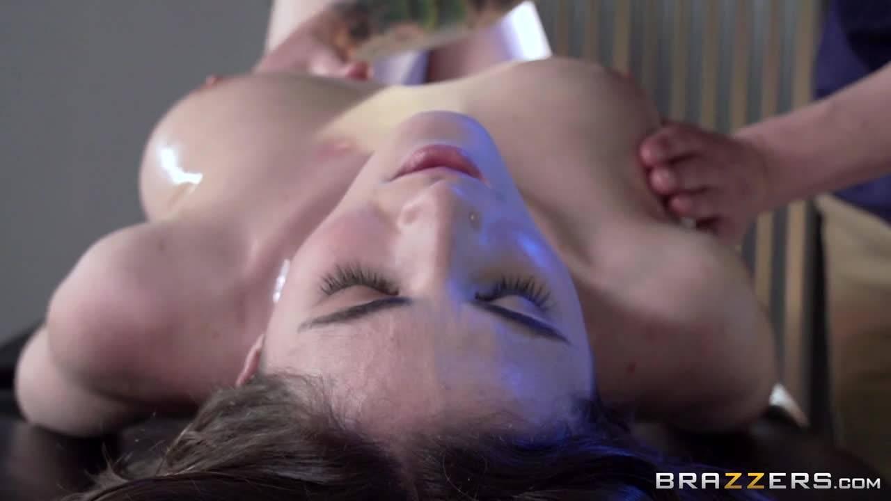 Массаж милашки с маслом закончился бурным сексом