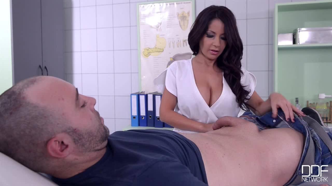 Горячая медсестра с шикарной грудью быстро вылечила пациента