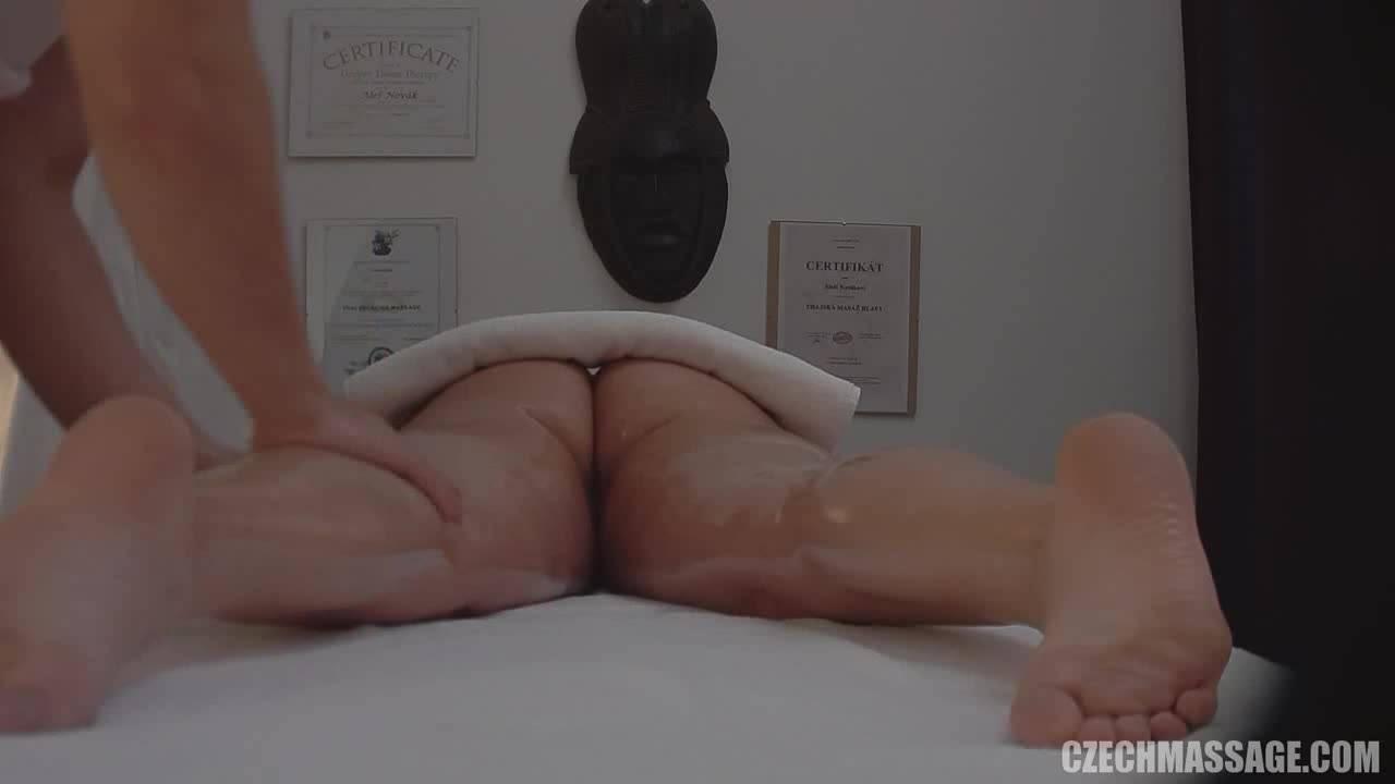 Блондинка получает великолепный интимный массаж
