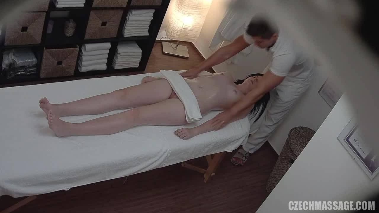 Брюнетка пришла на массаж и получила секс на скрытую камеру
